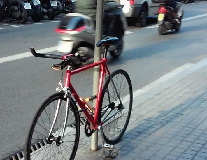 imatge bicicleta aparcada via publica.jp